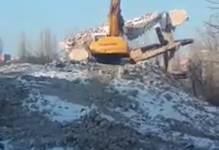 A căzut ultima structură a blocului construit ilegal in București și demolat, in premieră!